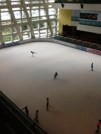駅ビル内スケートリンク