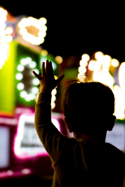 ナイトパレードで手を振る子ども