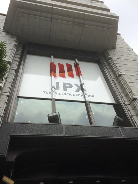東京証券取引所下から見上げる